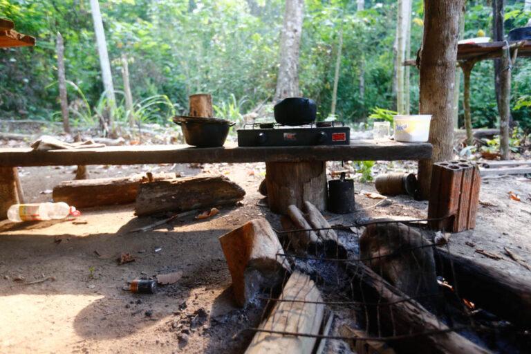 Acampamento de trabalhadores para extração de madeira dentro da terra indígena Cachoeira Seca,