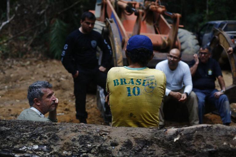 Auditores fiscais resgatam trabalhadores escravizados na extração de madeira